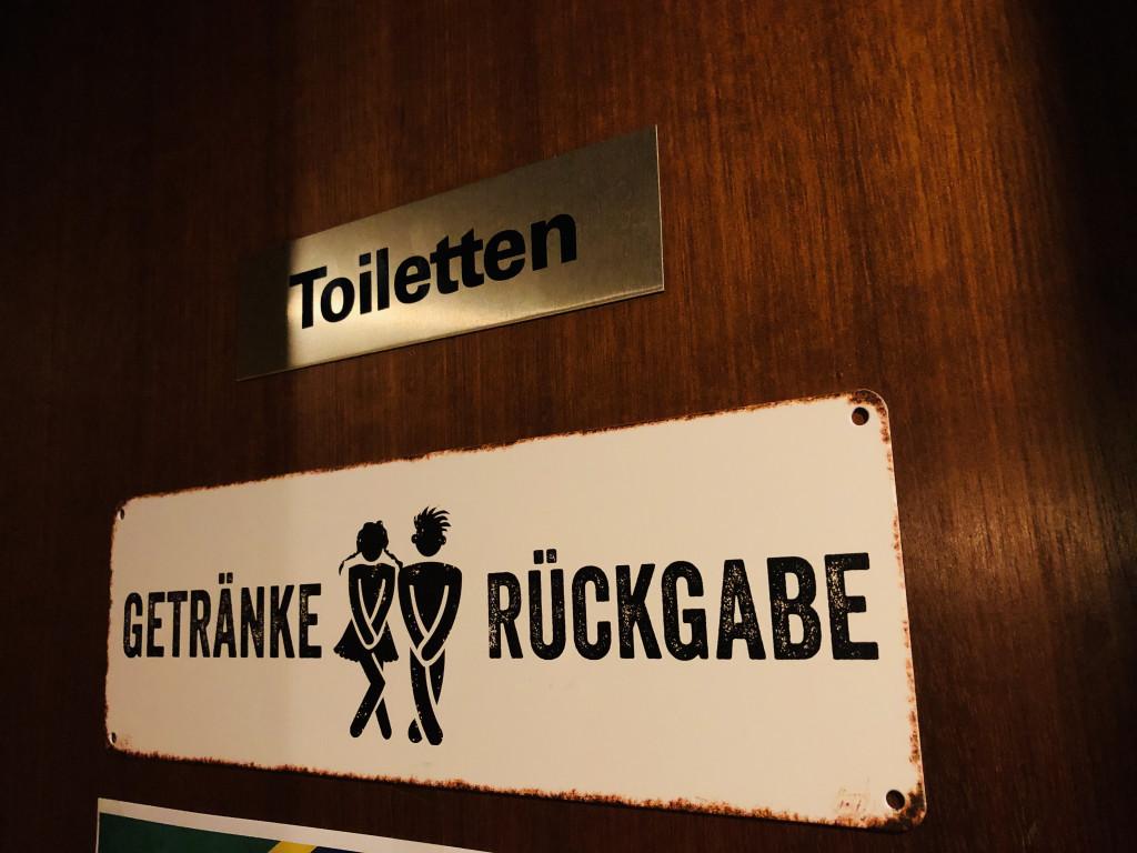 Schild vor den Toiletten